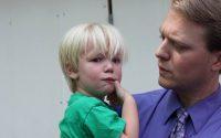 Le père donne une leçon de vie à son fils colérique.