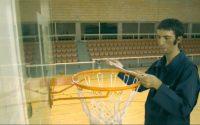 Il va lui donner une bonne leçon sur le Basketball